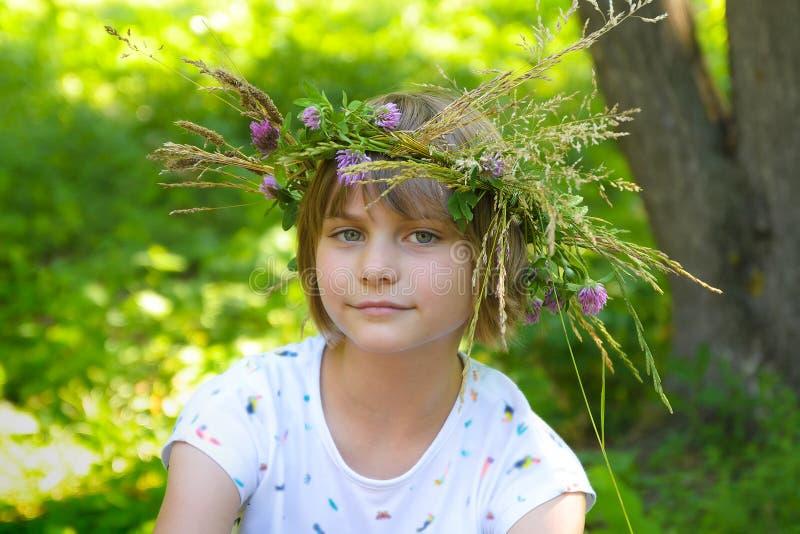 Красивая маленькая девочка с handmade венком на ее голове Конец-вверх стоковая фотография rf