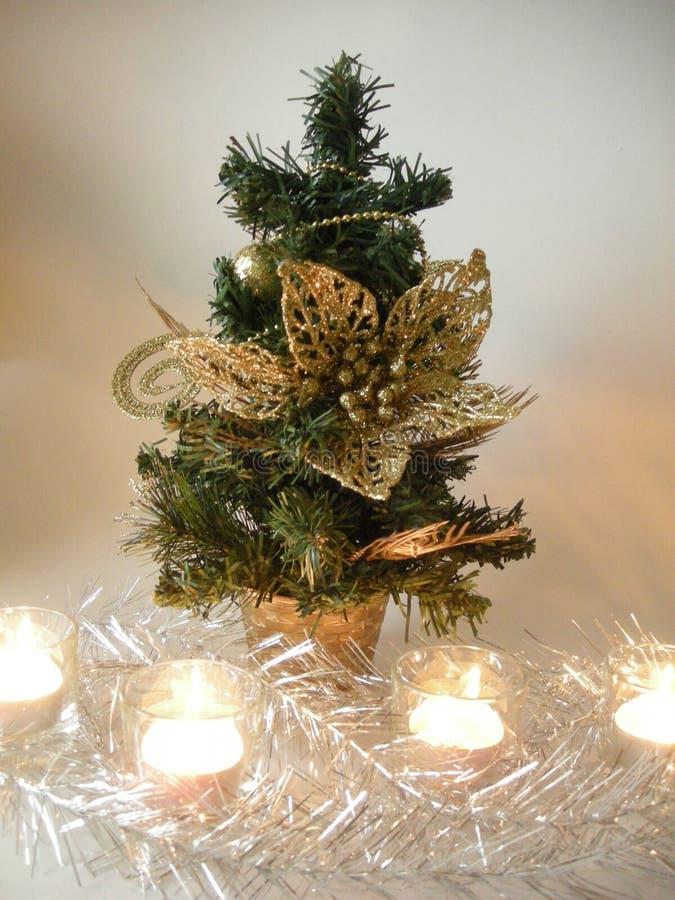 Красивая маленькая рождественская елка с игрушками стоковое фото rf