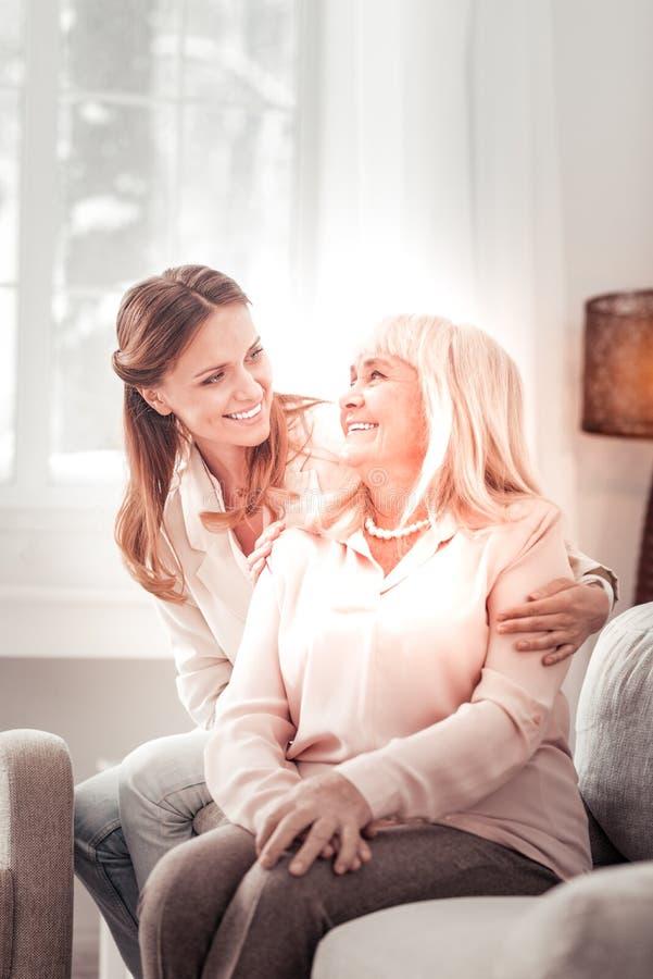 Красивая мать и дочь усмехаясь счастливо друг к другу стоковые изображения
