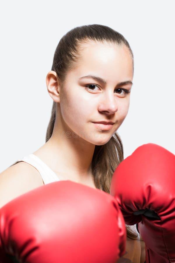 Красивая маленькая девочка в красных перчатках бокса стоковые фотографии rf