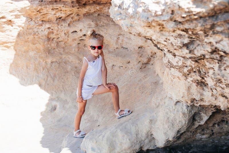 Красивая маленькая девочка в утесах стоковые фото