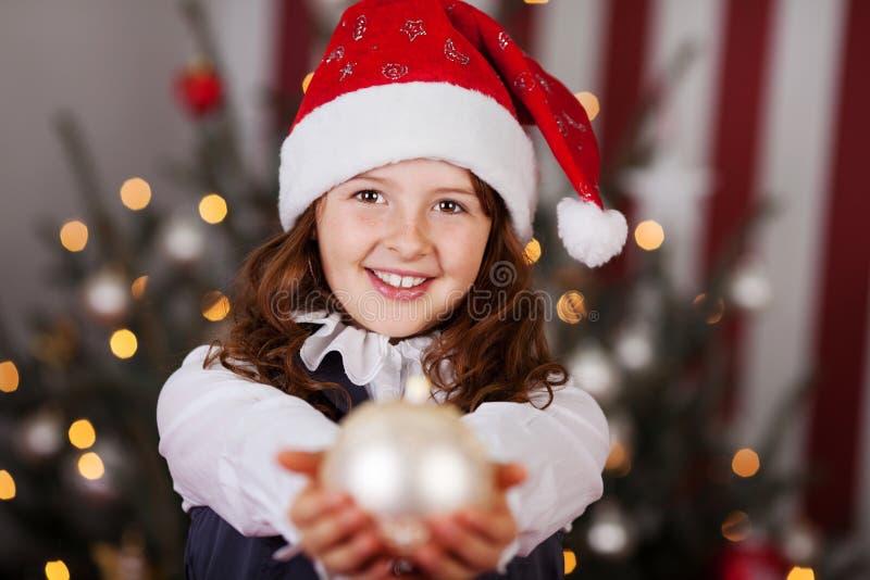 Красивая маленькая девочка в шляпе Санты стоковые изображения