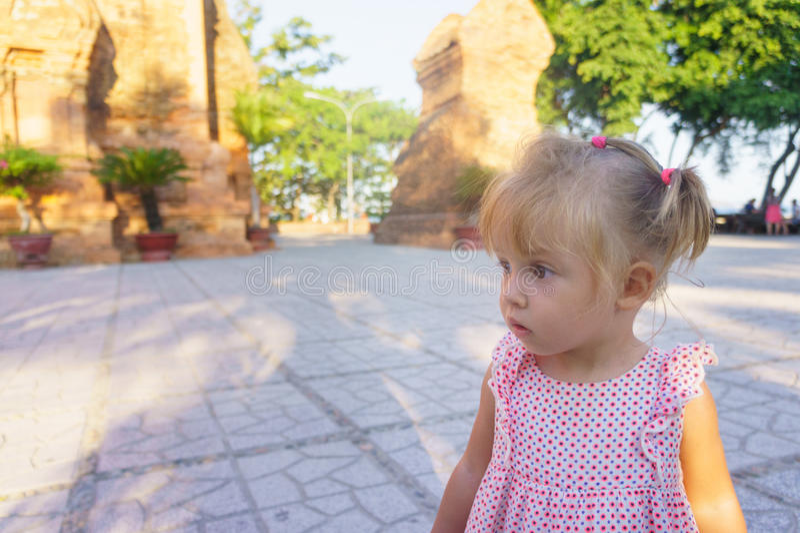 Красивая маленькая девочка на предпосылке возвышается Ponagar Вьетнам стоковое фото