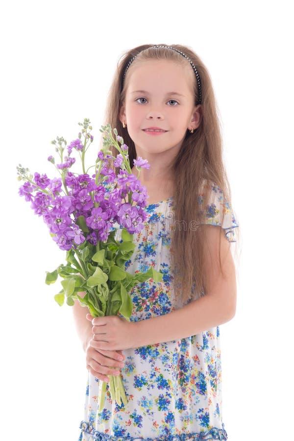 Красивая маленькая девочка при цветки изолированные на белизне стоковое фото rf