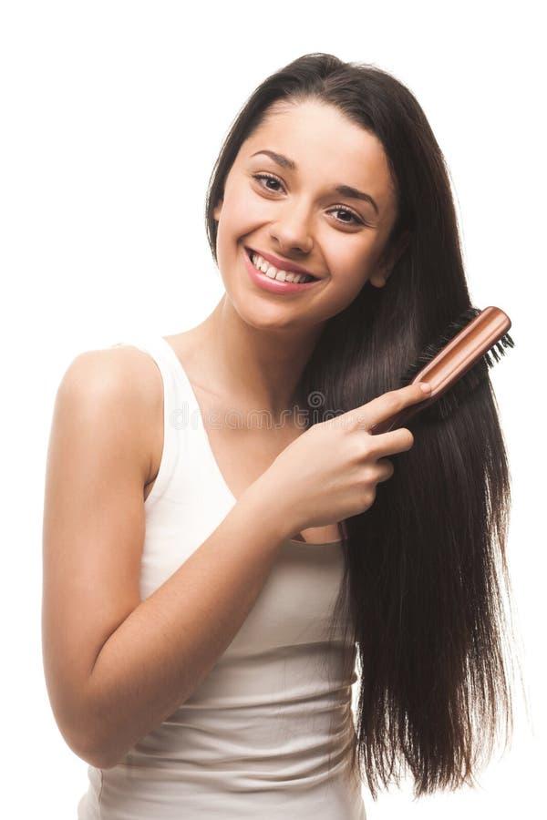 Красивая маленькая девочка расчесывая ее волосы стоковое изображение rf