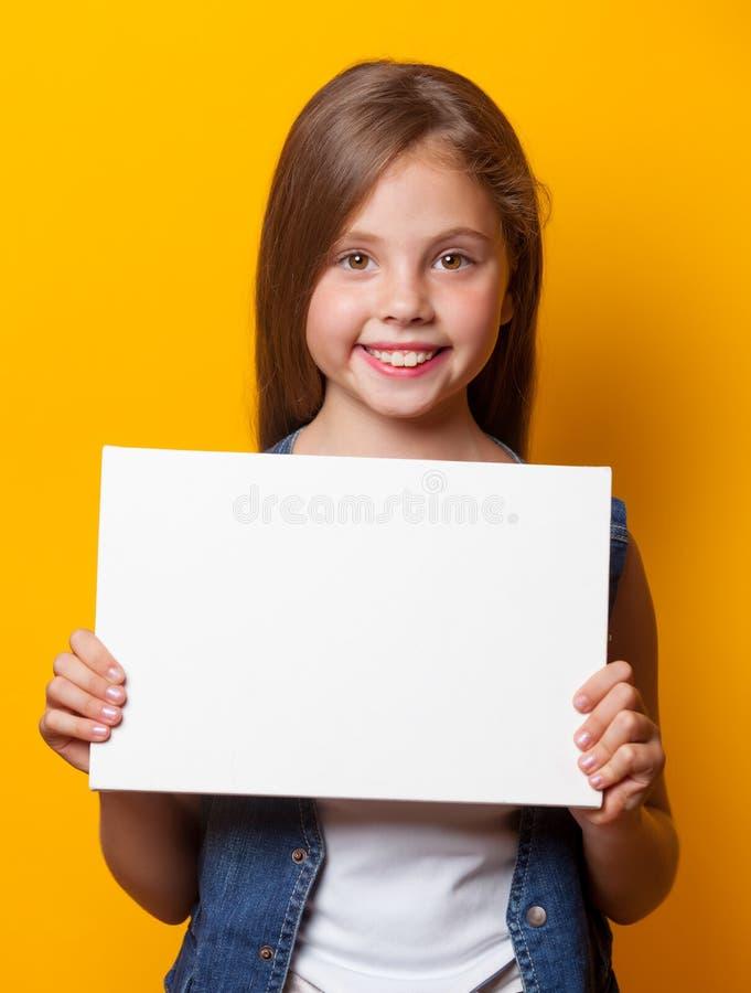 Красивая маленькая девочка с белой доской стоковое изображение rf