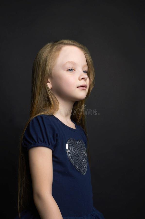 Красивая маленькая девочка с здоровыми длинными волосами стоковые фотографии rf