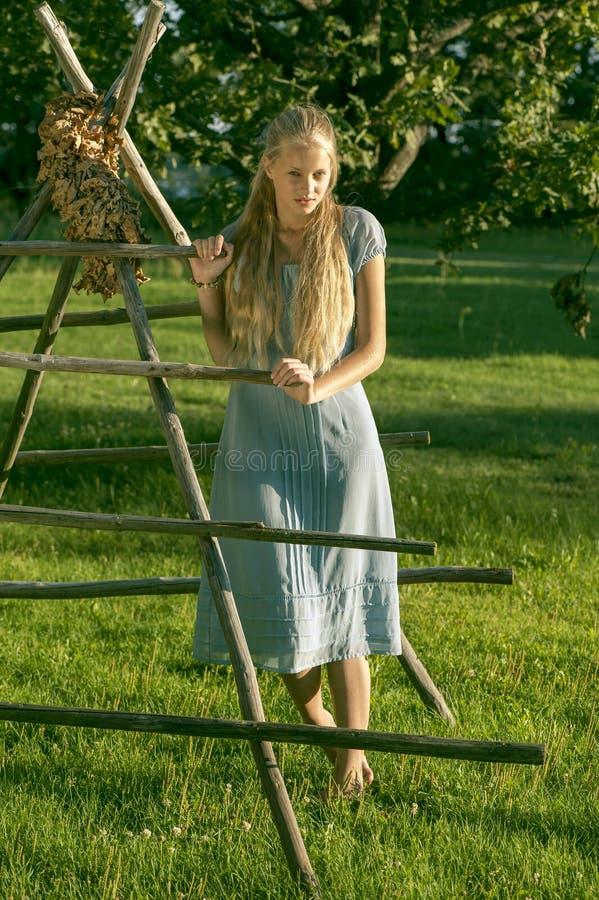 Красивая маленькая девочка с длинными светлыми волосами стоковая фотография rf