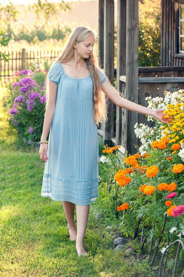 Красивая маленькая девочка с длинными светлыми волосами стоковая фотография