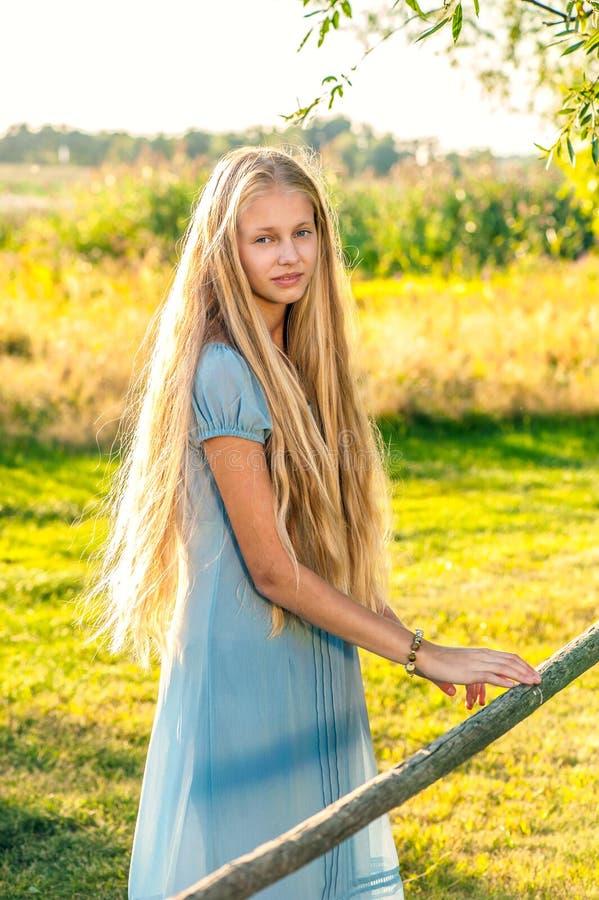 Красивая маленькая девочка с длинными светлыми волосами стоковые фото
