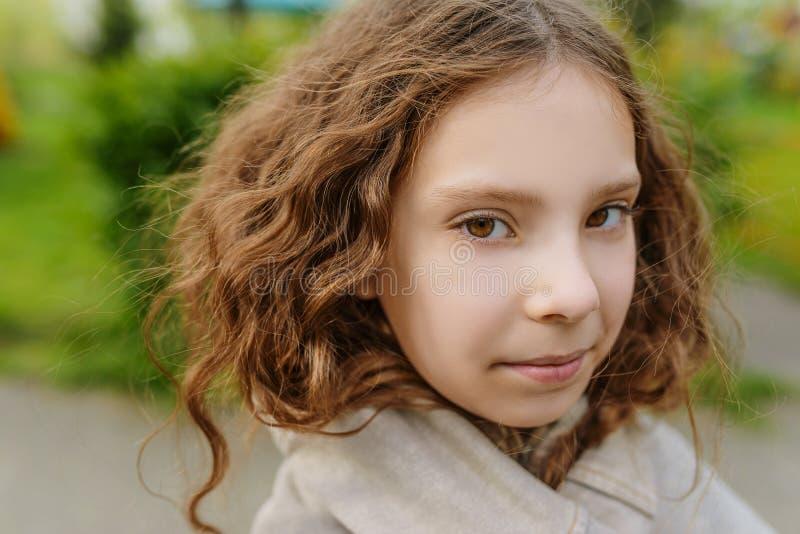 Красивая маленькая девочка с длинным концом-вверх волнистых волос стоковое фото rf