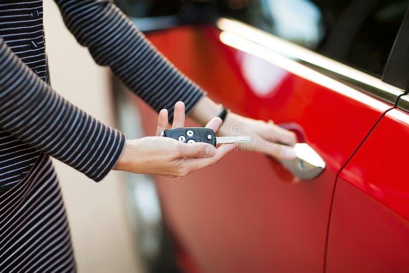Красивая маленькая девочка с ключом автомобиля в руке стоковые фото