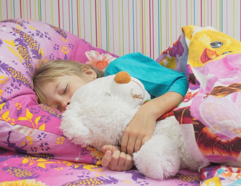 Красивая маленькая девочка с полярным медведем игрушки стоковое изображение rf