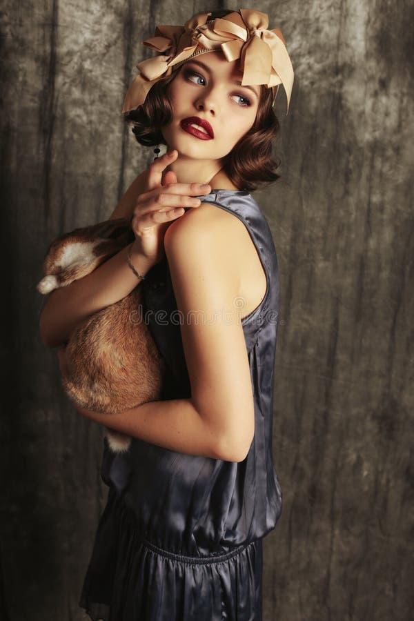 Красивая маленькая девочка с темными короткими волосами носит ретро одежды стоковые фотографии rf