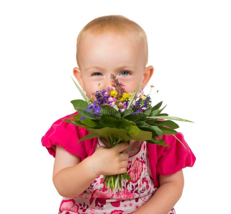 Красивая маленькая девочка с posy цветков стоковые фото