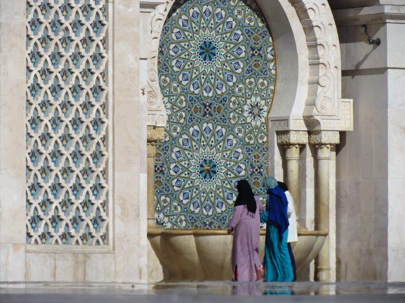 Красивая мечеть Хасан II архитектурноакустический шедевр смотря на солнечный свет стоковое фото