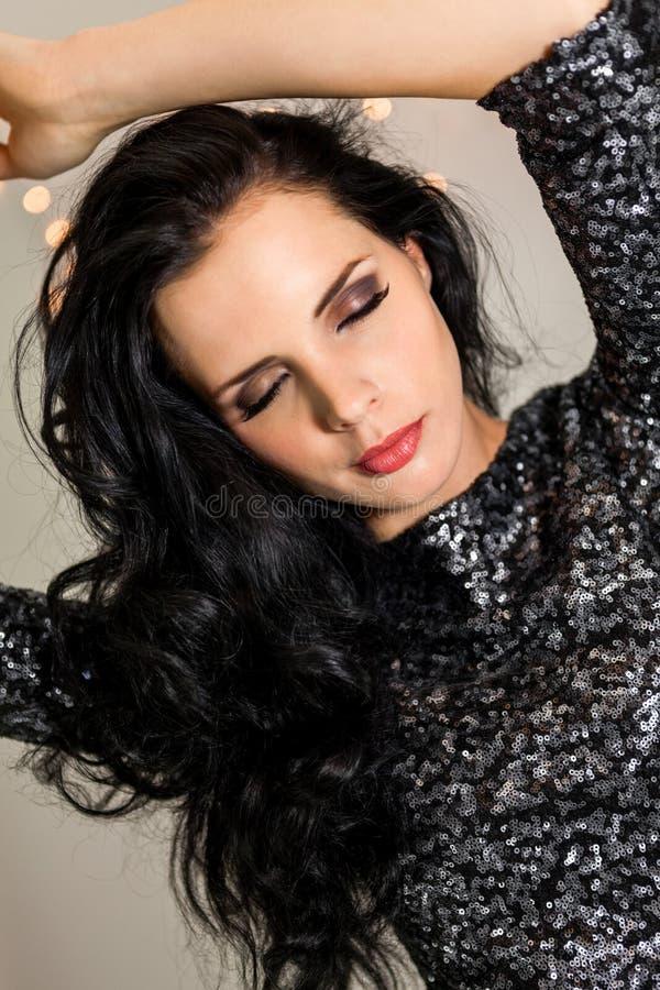 Красивая мечтательная женщина с танцами платья яркого блеска стоковое фото