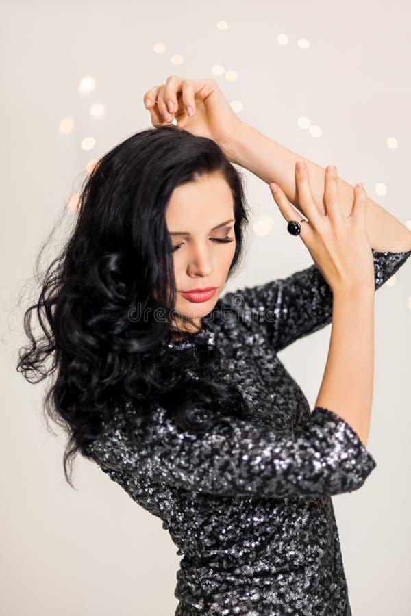Красивая мечтательная женщина с танцами платья яркого блеска стоковое фото rf