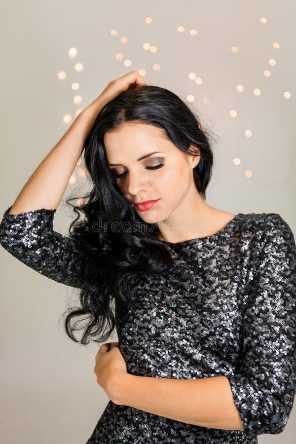 Красивая мечтательная женщина с танцами платья яркого блеска стоковое изображение