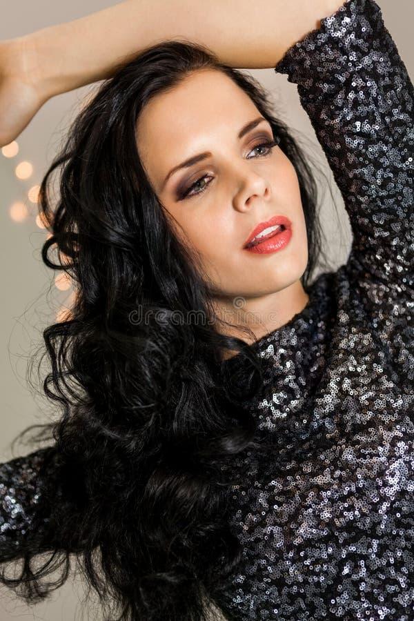 Красивая мечтательная женщина с танцами платья яркого блеска стоковые фотографии rf