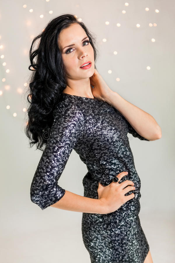 Красивая мечтательная женщина с танцами платья яркого блеска стоковое изображение rf
