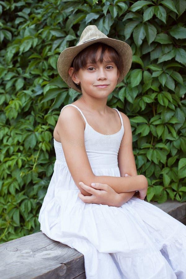 Красивая милая девушка в белом платье стоковые изображения rf