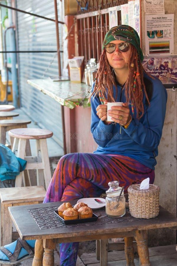 Красивая милая девушка в кафе около окна с усмехаться кофе стоковое изображение rf
