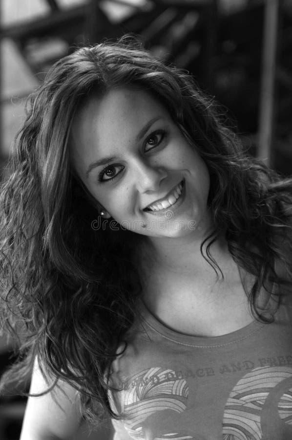 Красивая модельная девушка усмехаясь к камере стоковые изображения rf