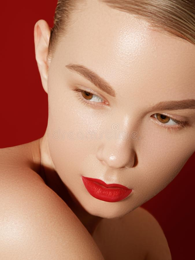 Красивая модель с макияжем моды Женщина портрета конца-вверх сексуальная с макияжем лоска губы очарования и черный карандаш для г стоковая фотография rf