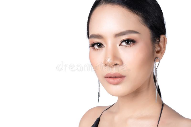 Красивая молодая азиатская девушка с роскошными ювелирными изделиями и черным платьем Изолят ювелирных изделий фотомодели на бело стоковые изображения