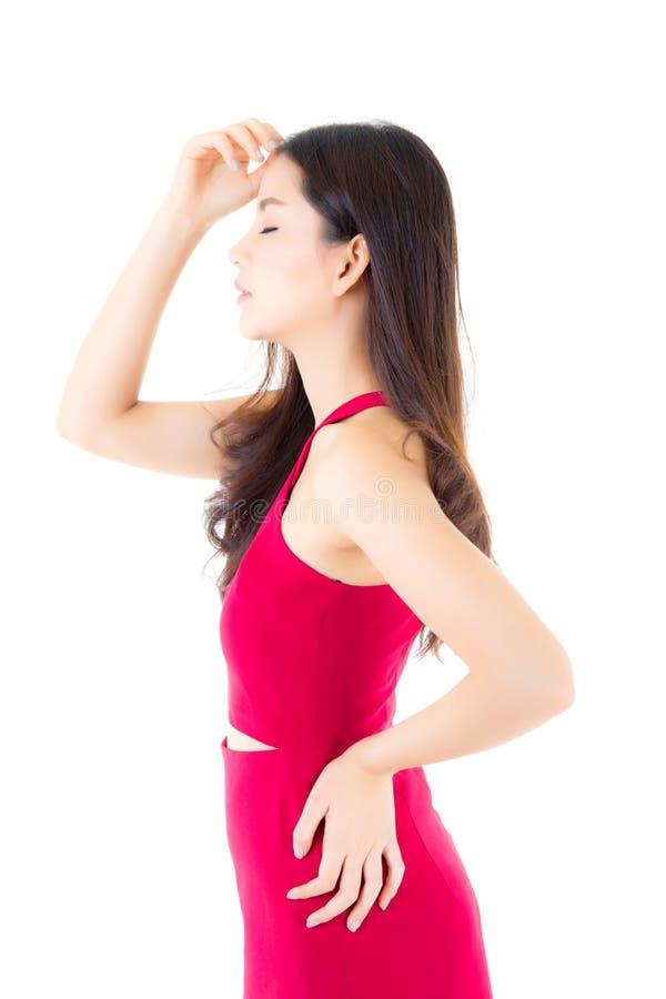 Красивая молодая азиатская женщина с красным платьем портрета с около изолированный стоковое фото rf