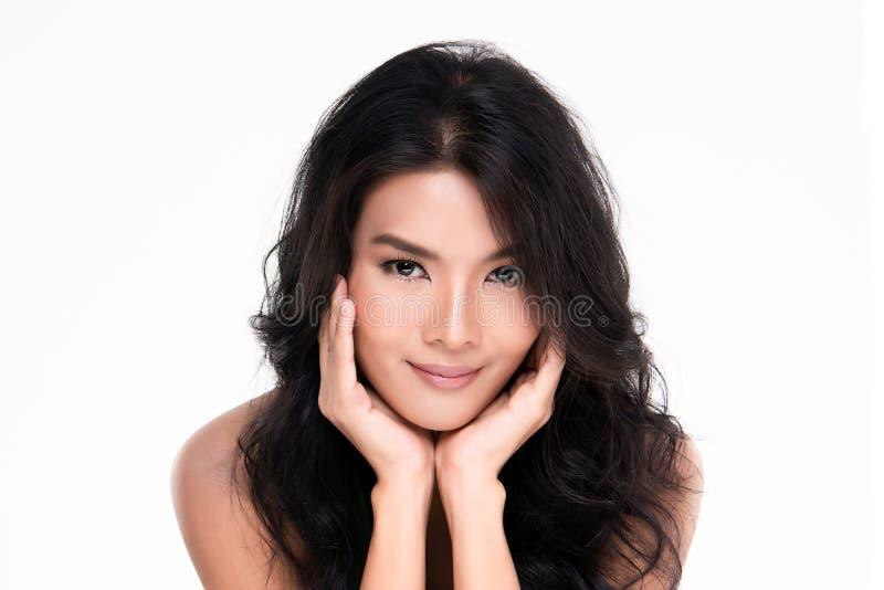 Красивая молодая азиатская женщина с чистой свежей кожей стоковое фото rf