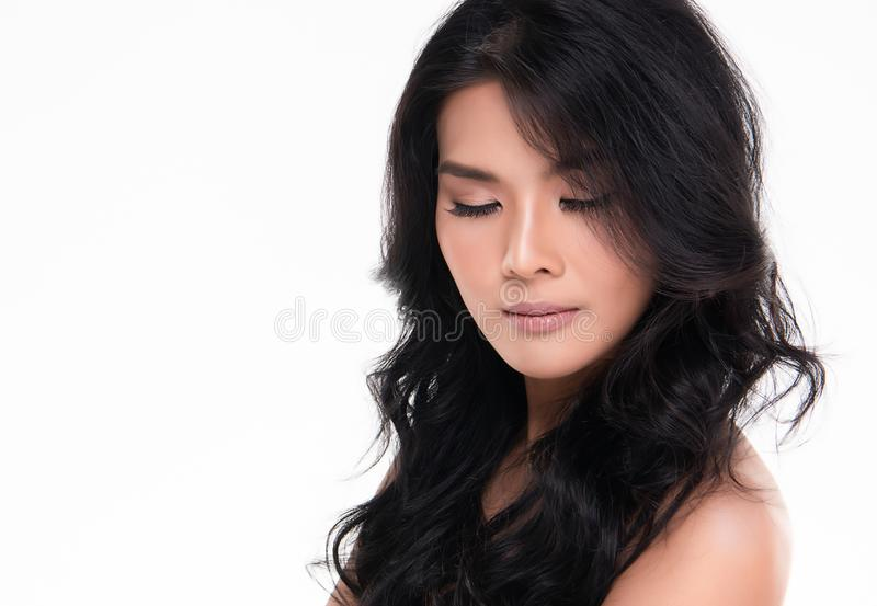 Красивая молодая азиатская женщина с чистой свежей кожей стоковая фотография