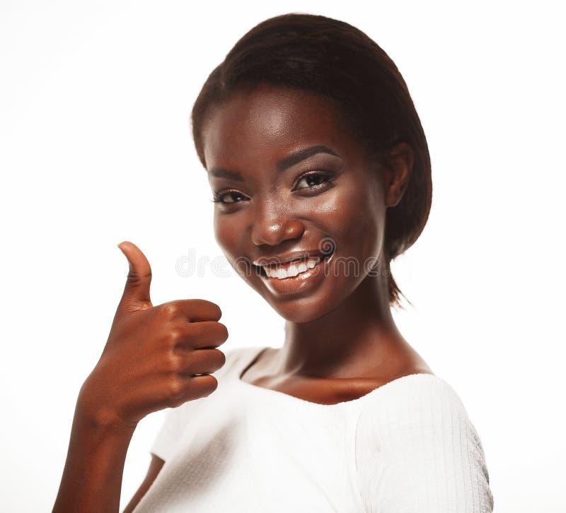 Красивая молодая африканская женщина сигнализируя о'кеы, изолированный над белой предпосылкой стоковое фото