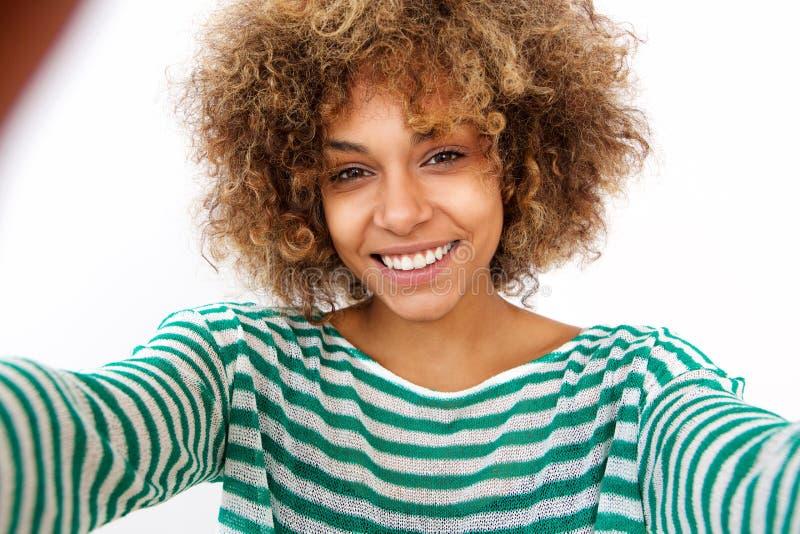 Красивая молодая Афро-американская женщина принимая selfie стоковые фотографии rf