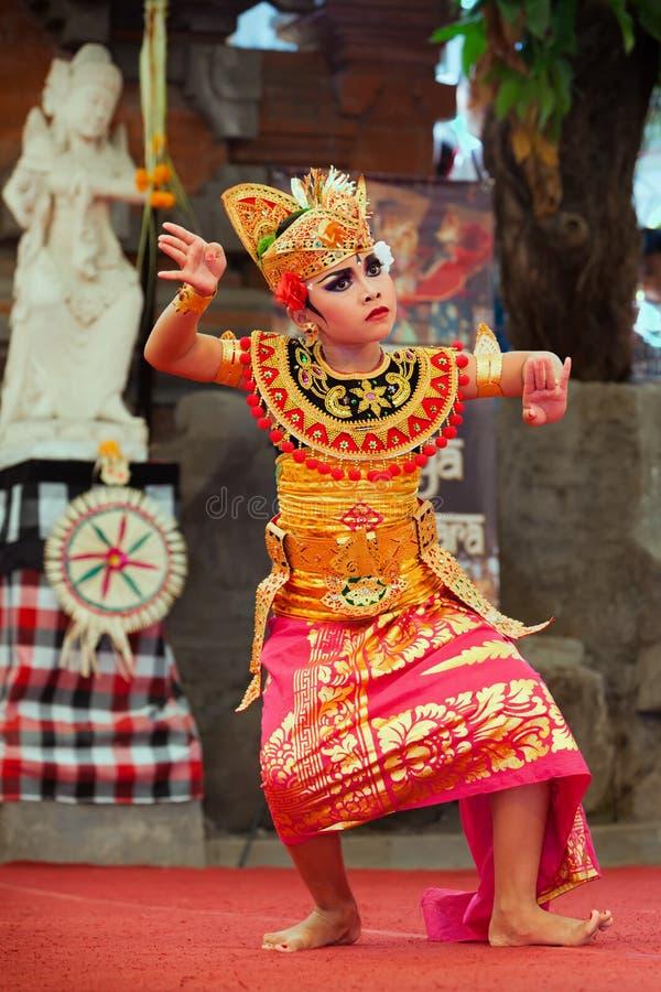 Красивая молодая балийская женщина в этническом костюме танцора стоковые фотографии rf