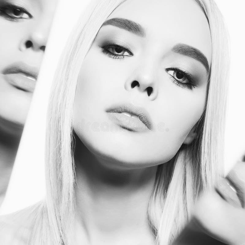 Красивая молодая блондинка с классическим макияжем Черно-белый порт стоковое фото rf