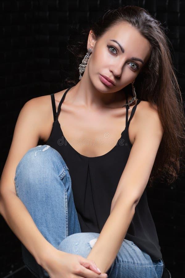 Красивая молодая дама на черной предпосылке стоковые изображения