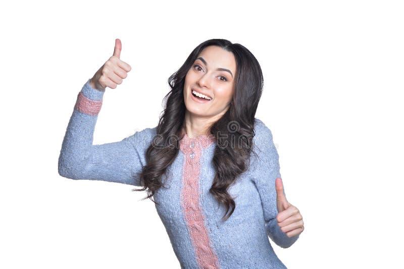 Красивая молодая женщина брюнета показывая большие пальцы руки вверх  стоковое фото rf