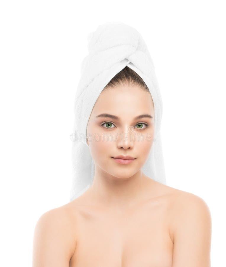 Красивая молодая женщина брюнет с чистой стороной и полотенце на ее голове изолировано стоковое изображение rf