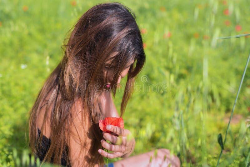 Красивая молодая женщина весны outdoors наслаждаясь природой Здоровый s стоковые фото
