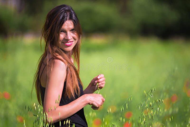 Красивая молодая женщина весны outdoors наслаждаясь природой Здоровый s стоковое фото rf
