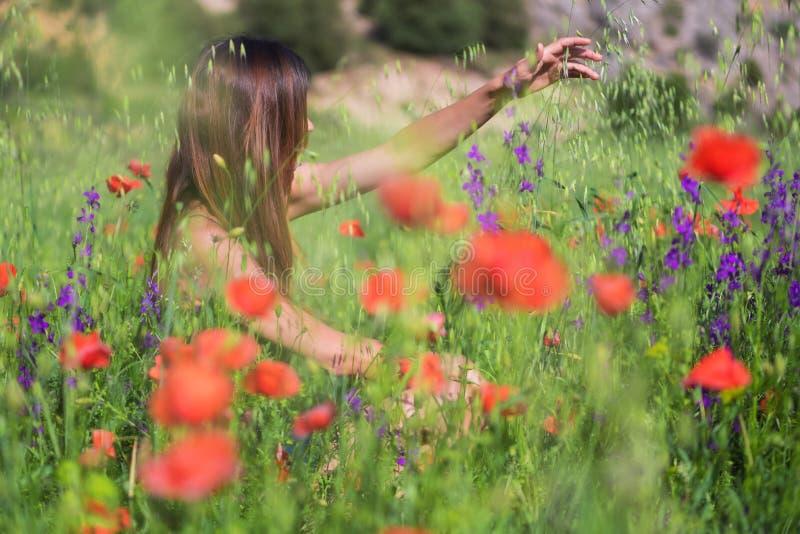 Красивая молодая женщина весны outdoors наслаждаясь природой Здоровый s стоковые изображения