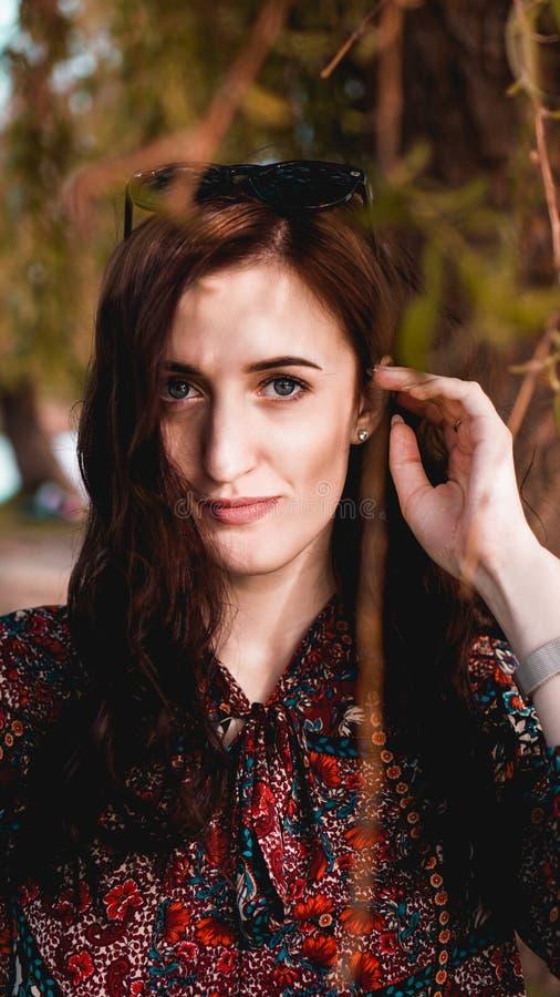 Красивая молодая женщина в бургундских листьях стоковая фотография rf