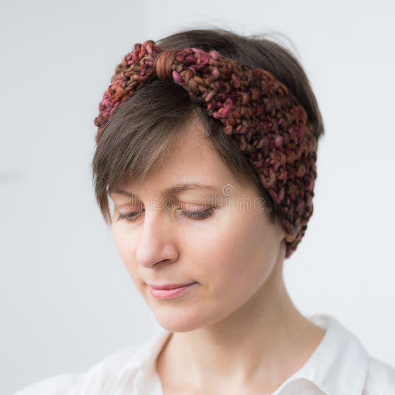 Красивая молодая женщина в держателе knit стоковое фото