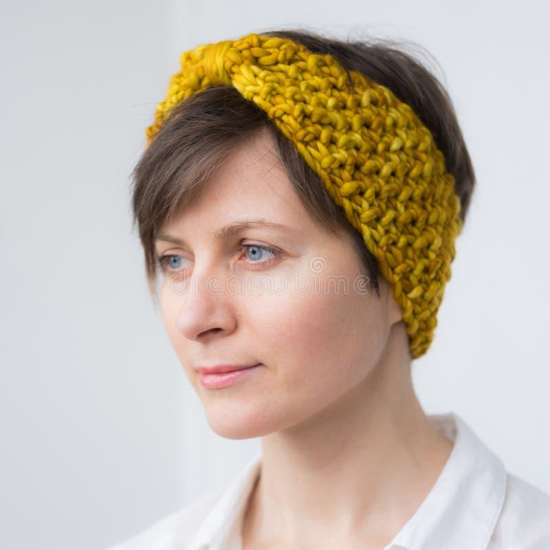 Красивая молодая женщина в держателе knit стоковые изображения