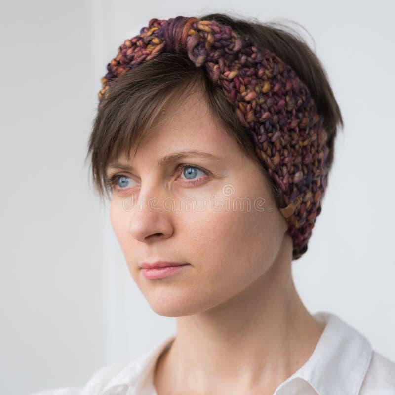 Красивая молодая женщина в держателе knit стоковое изображение rf