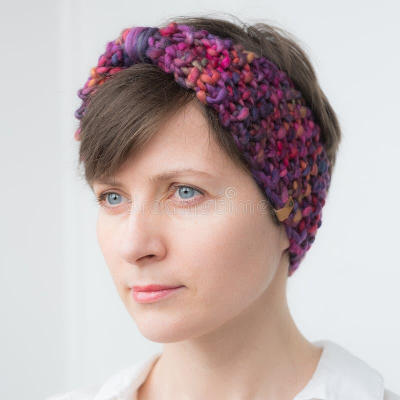 Красивая молодая женщина в держателе knit стоковое фото rf