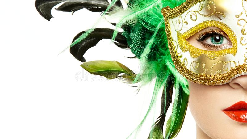 Красивая молодая женщина в загадочной золотой венецианской маске стоковое изображение