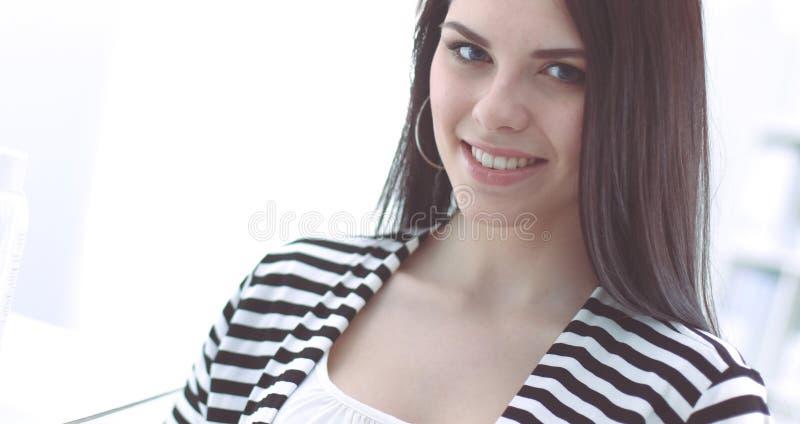 Красивая молодая женщина в магазине стоковая фотография